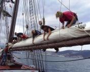 THOR HEYERDAHL - photo STH e.V. - packing sails - Kopie